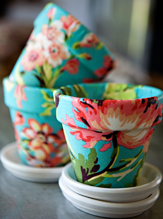 Cover the flower pots with fabric