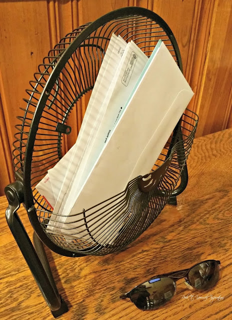 Make a desktop mail holder from an old fan
